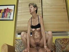 La nonna si è beccata a masturbarsi con il vibratore