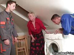 Stara babcia rozkłada nogi dla dwóch fachowców