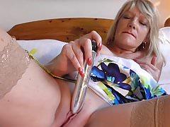 Une maman britannique mature veut une grosse bite bien dure