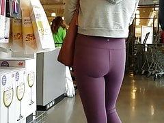 Rubia sincera en pantalones de yoga morados