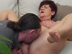 Granny Karina scopata da un genero
