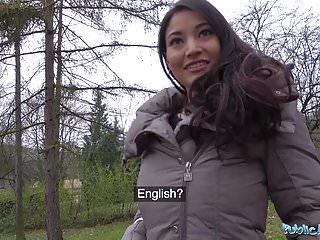 公共代理人克里斯蒂娜米勒在森林裡被大公雞搞砸了