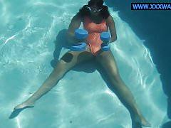 Micha Gantelkina trainiert nackt im Wasser