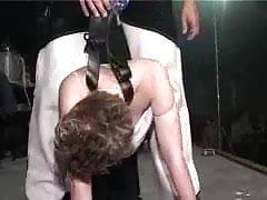 dívka na jevišti se striptérkou