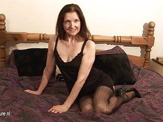 角質業餘家庭主婦和她濕漉漉的貓一起玩