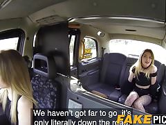 Taxi MILF teilt den Schwanz in einem Rücksitz-Trio mit englischer Prostituierte