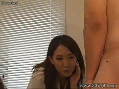 Deux jolies filles jouent devant un pénis.