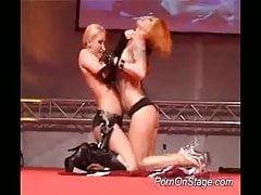 Spogliarelliste lesbiche si infila un dildo sulla fica bagnata sul palco