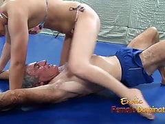 Lana ringt im Bikini mit älterem Mann