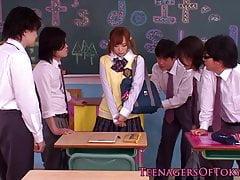 Unschuldiges asiatisches Schulmädchen in der Bukkake-Aktion