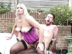 Sexo en el patio trasero con mamá e hijo
