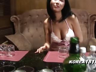 热的丰满的酒吧女招待室沙龙