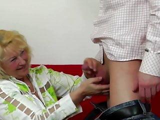 老太太吮吸和他媽的小男孩公雞