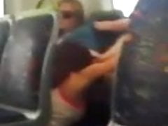 Prawdziwe lesbijki jedzące cipkę w pociągu