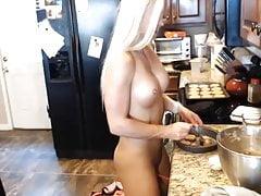 Fit Blonde nella sua cucina