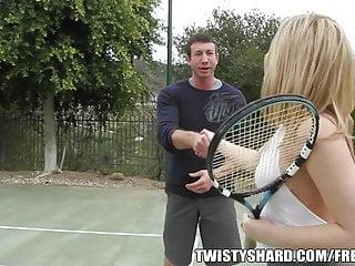 大贓物金發女郎在網球後得到性交