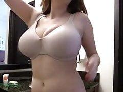 Nastolatka pokazuje jej słodkie duże mellony