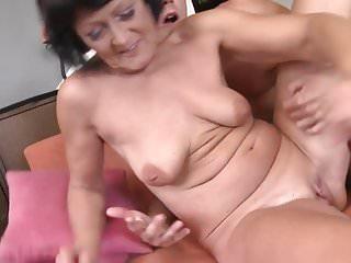 性感的老奶奶亂搞年幼的孫子