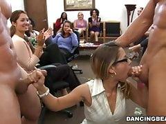 Büroparty mit schwanzhungrigen Mädchen