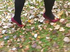Lady L marche avec des talons hauts rouges.