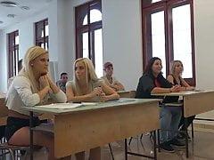 Gli studenti universitari scopano il loro professore in classe hardcore