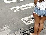 Gostosa de shortinho na rua com a polpinha de fora