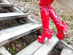 Lady L cammina con stivali rossi sexy estremi.