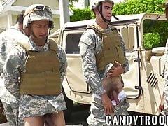 Chicos militares en una orgía gay al aire libre interracial