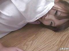 Suzu Minamoto cavalca un cazzo di gomma in palestra con lei