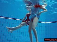 Duże, owłosione, owłosione nastolatki w basenie