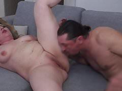 Dojrzała mama Irina dostaje kunnilingus i ostry seks
