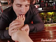 Babe aime le footfetish dans le bar