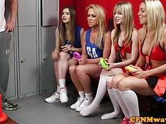 Čtyři děvčata soutěží o penis