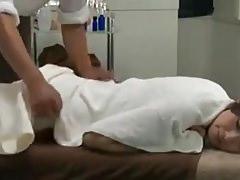 Reiko Kobayakawa braucht eine Massage