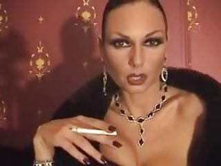 vid: Smoking Domina entices
