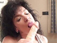 Matura madre e il suo grande dildo