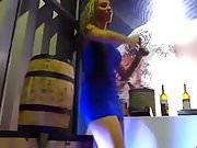 Une allumeuse en mini robe bleue collante