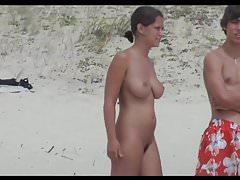 Gorąca dziewczyna nudystów na plaży