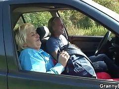Podnosi i uderza 80-letnią babcię na zewnątrz