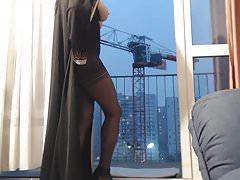 esibisce in niqab e collant neri
