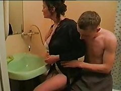 Mutter cremt nicht den Schwanz ihres Sohnes im Badezimmer