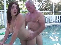 wczesna praca April Dawn ze starcem w basenie