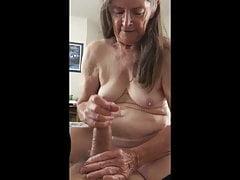 La nonna lo ama masturbandolo