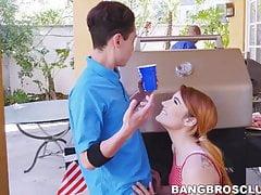 Nena pelirroja y MILF martillada por un novio muy afortunado