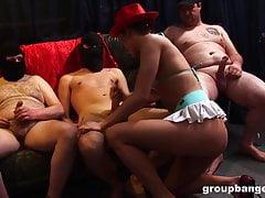 Festa dei cowboy tedeschi con una giovane ragazza e un gruppo di stalloni