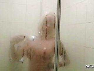 德國大山雀媽媽抓住了兒子的朋友和他媽的淋浴