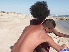 Die hübsche schwarze Lily traf sich an einem FKK-Strand