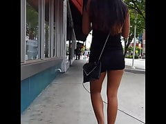 Candido voyeur spessa latina abbronzatura corta in pantaloncini attillati