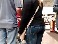 offener Pawg in engen Jeans.