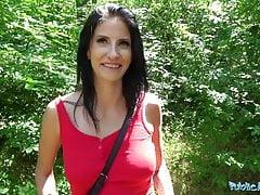 Agente pubblica procace signora cornea si fa scopare nei boschi per c